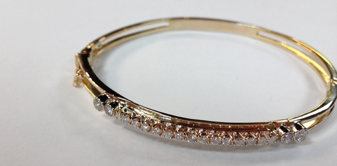 On both sides of this gold bracelet, 2 diamonds were added to complete the customization