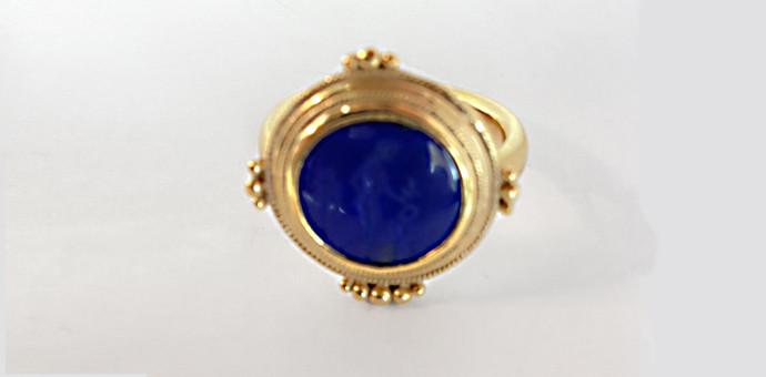 classic view of this lapus lazuli high karat gold ring