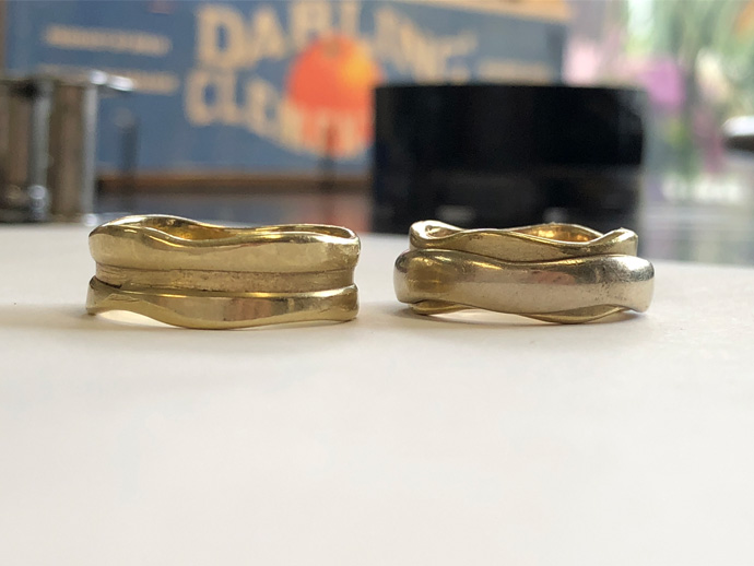 his ring with no spinner while her ring still in tact