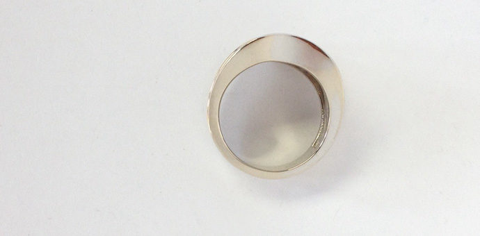 this looks like any other ring from the flat view